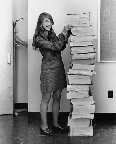 漢彌爾頓(Margaret Hamilton)與阿波羅11號任務搭載軟體的程式碼合影。(維基百科公有領域)