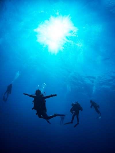 聽過台灣的打工換潛水證,提供免費住宿,工作滿一個月能獲得一堂免費的潛水課程及證照。一天工作十小時左右,一周六天,工作內容包含整間店的清潔打掃搬運,空閒時可以跟著去潛水。(示意圖非本人/pakutaso)