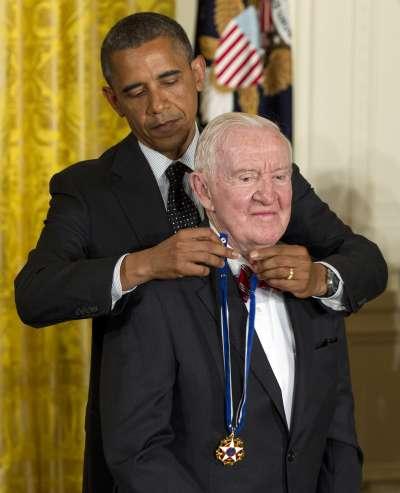 美國最高法院退休大法官史蒂文斯獲時任總統歐巴馬頒發總統自由勳章。(AP)