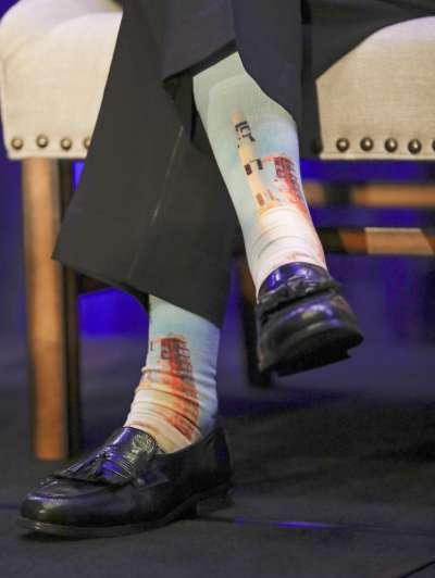 阿婆羅16號的太空人杜克(Charles Duke)17日出席登月紀念活動,腳上穿著印有太空梭的襪子。(AP)
