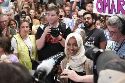 索馬利亞裔的民主黨眾議員歐瑪爾,獲得支持群眾簇擁。(AP)