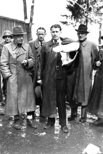 1945年5月2日被俘時的馮布朗(手臂打石膏者)(Wikipedia/Public Domain)