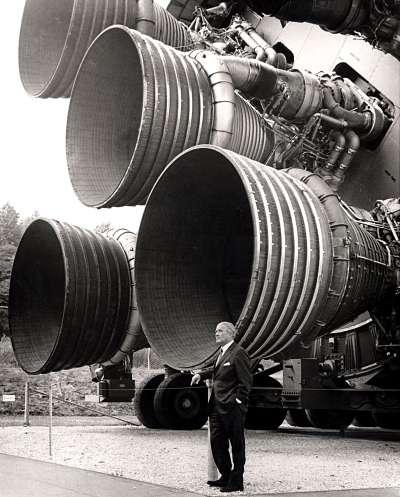 馮布朗站在土星五號火箭所用的F-1火箭發動機前留影(Wikipedia/Public Domain)