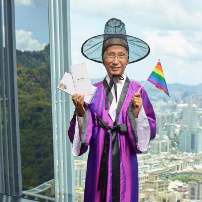 同志平權運動先驅祁家威身著泰國傳統服飾。(臺灣同志運動發展協會提供)