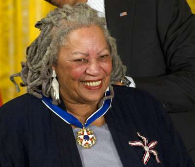 諾貝爾文學獎得主摩里森(Toni Morrison)2019年8月5日深夜逝世,享年88歲。圖為2012年摩里森接受總統自由勳章。(AP)