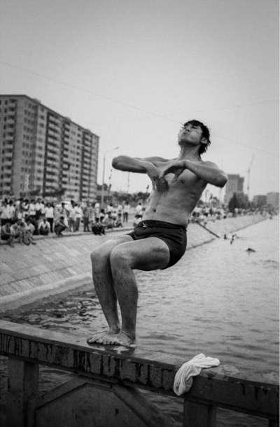 北京(1985年)。一名男子正跳入水中消暑。(BBC中文網)