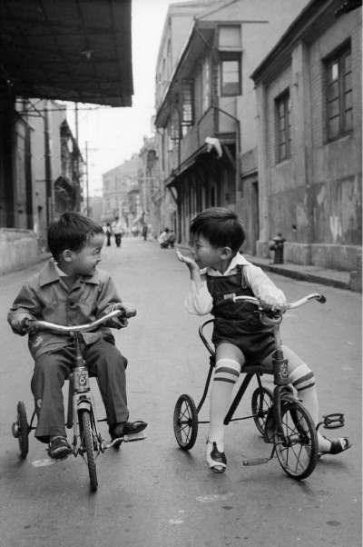 1985年,上海小孩看到高鼻子的外國人的驚喜模樣。(BBC中文網)