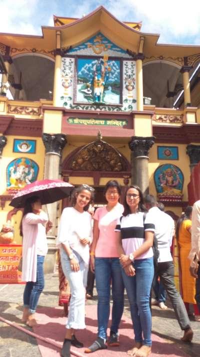 我和尼泊爾女孩在帕蘇帕提那神廟主殿前合照。(圖/謝幸吟)