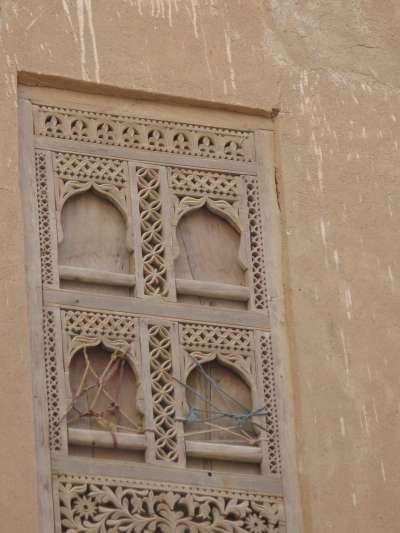 示巴姆的泥造大樓,因為葉門內戰而逐漸傾頹。圖為大樓窗邊雕花。(Ljuba brank@wikipedia_CCBYSA3.0)