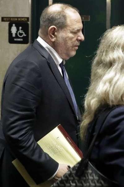 韋恩斯坦今年7月出席聽證會時被拍到筆記上畫了圈叉塗鴉。(AP)