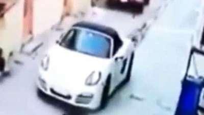 監視攝影機記錄顯示,一輛白色轎車停在一個小巷中。(BBC中文網)