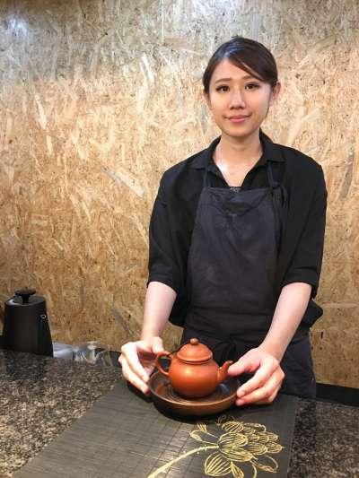 年紀輕輕的店長涉谷紀美表示:「就是想試著去改變日本素食者的現狀,希望能讓日本的吃素者能多增加一些,同時也想將台灣茶與台灣文化推廣給更多日本人知道。」(圖/陳毅龍攝)