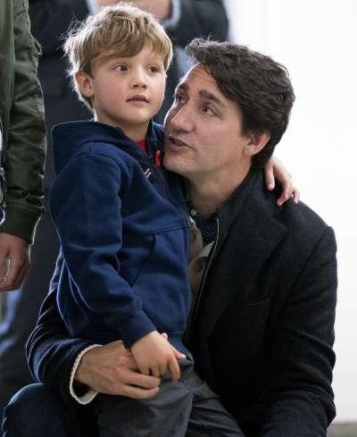 2019年加拿大國會大選登場,總理杜魯道投票時帶著小兒子亮相。(AP)