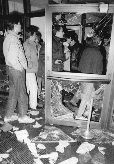 1990年1月15日,東柏林民眾衝進史塔西總部,阻止探員銷毀檔案。(Bundesarchiv, Bild 183-1990-0115-034@Wikipedia / CC BY-SA 3.0)