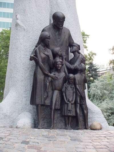 波蘭兒童人權之父柯札克的塑像。(維基百科公有領域)