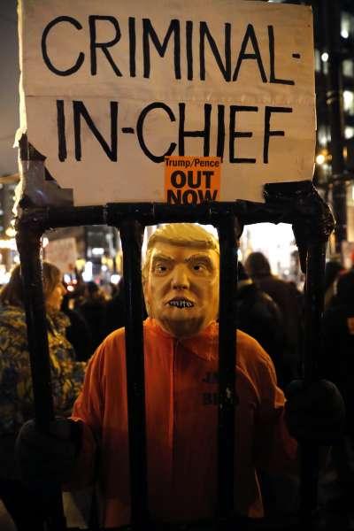 川普彈劾案前夕,芝加哥民眾上街要求總統下台。(AP)