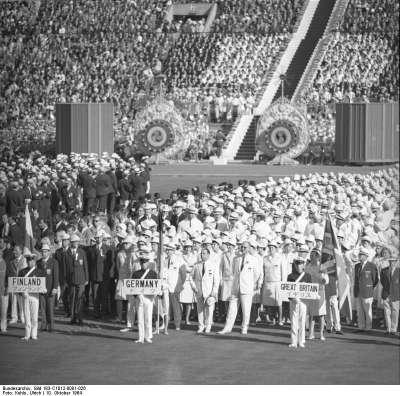 1964年東京奧運,開幕式上的各國代表團。(Bundesarchiv@Wikipedia/CC BY-SA 3.0)