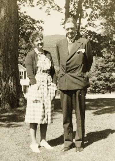 1946年,艾略特(右)與赫爾的合照(美聯社)