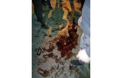 伊朗警方12日晚間開槍打傷首都德黑蘭一名女性示威者,地上血跡斑斑(美聯社)