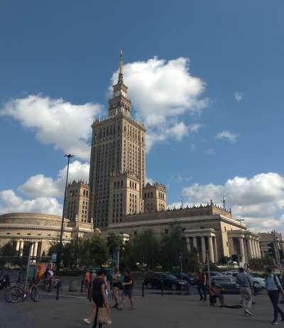 佇立在華沙中央火車站外的科學文化宮。史達林在蘇聯時期分別在莫斯科、里加(拉脫維亞首都)、華沙等地建立蘇維埃式大樓,亦稱為「史達林的蛋糕」。圖/想想論壇