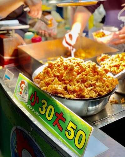 隱身在夜市中的小吃,雞米丁香酥雞,銅板價就買的到。(圖/IG@mei_love_food_travel)