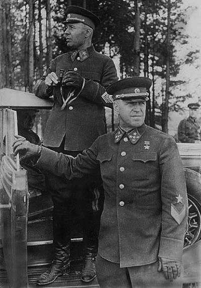林挺生:紅軍1941年參謀總長朱可夫元帥,右手扶車門者(資料來源:Wikimedia Commons)