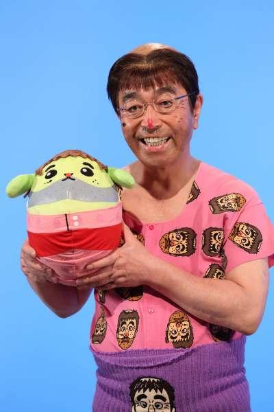 日本「搞笑之神」志村健29日不幸病逝東京,享壽70歲。圖為他的知名丑角「怪叔叔」。(翻攝志村健臉書)
