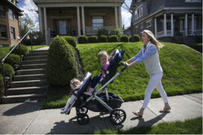 美國新冠肺炎康復者愛德華茲帶著女兒散步。(Maddie McGarvey for the Wall Street Journal)