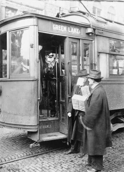 1918年西班牙流感期間,倫敦公車拒絕讓沒有配戴口罩的乘客上車。(維基百科公有領域)