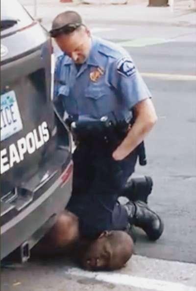 佛洛伊德遭警察以「跪頸」方式壓制,最終失去生命,引爆全美大規模的示威暴動。 (翻攝自YouTube)