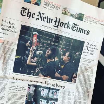 2019年6月12日百萬港人上街遊行,Samantha隔日從香港回到台灣,在飛機上拍下《紐約時報》當天的頭版。(受訪者提供)
