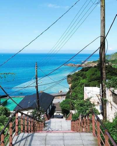 濂洞國小附近的階梯,可遠眺浪漫陰陽海景。(圖/IG@ coralland)