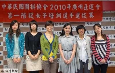 左起:黨希昀、王景怡、張正平、黑嘉嘉、蕭愛霖、張凱馨。(海峰棋院)