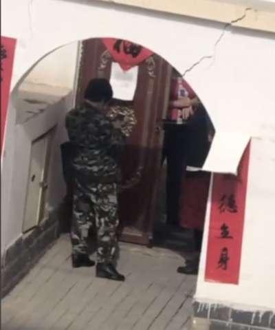 加帕爾的影片中有身穿迷彩服的男子負責在院口守衛。(BBC News中文)