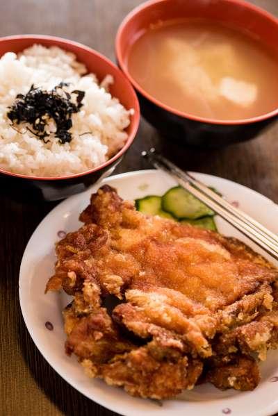 「范記金之園」提供的是草袋飯。(圖/取自范記金之園 草袋飯臉書)