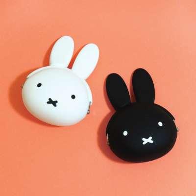 米飛兔口金包共有黑色與白色可選擇,尺寸約8×6×3.5cm。(圖/誠品)