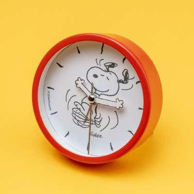 史努比經典圖躍上桌上型時鐘,清爽又有活力的配色,讓人心情好。(圖/誠品)