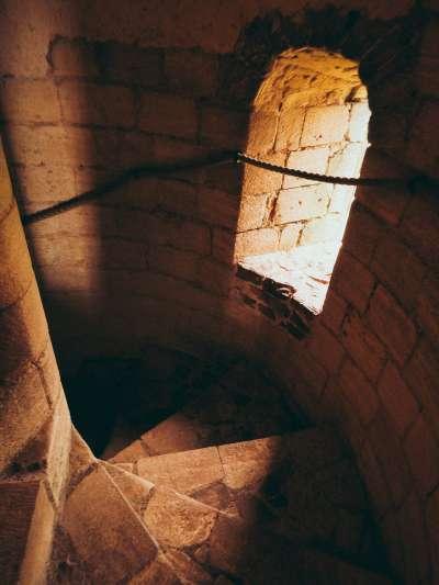 英國賴辛堡(Castle Rising)內部階梯。(圖/Unsplash)