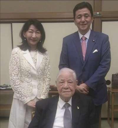岸信夫夫婦與前總統李登輝合影。(翻攝岸信夫臉書)