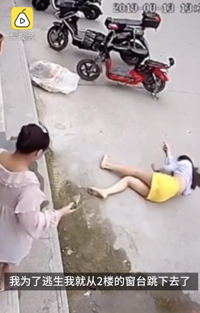 竇男不僅出手毆打,還強扯劉女頭髮拖行,女子為逃命,只得從店面2樓一躍而下,導致全身多處骨折。(梨視頻影片截圖)