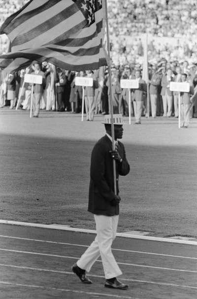 1960年羅馬奧運會,強森成為美國隊史上首位非裔掌旗官。(Public Domain)