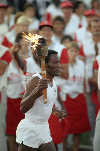 1984年洛杉磯奧運,強森手持聖火火炬,為該年度奧運會揭開序幕。(AP)