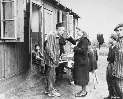 德國漢堡附近的諾因加默(Neuengamme)集中營,骨瘦如柴的倖存者。(Public Domain)