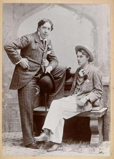 英國作家王爾德(左,Oscar Wilde)與他的同性戀人道格拉斯(Alfred Douglas)。(維基百科公有領域)