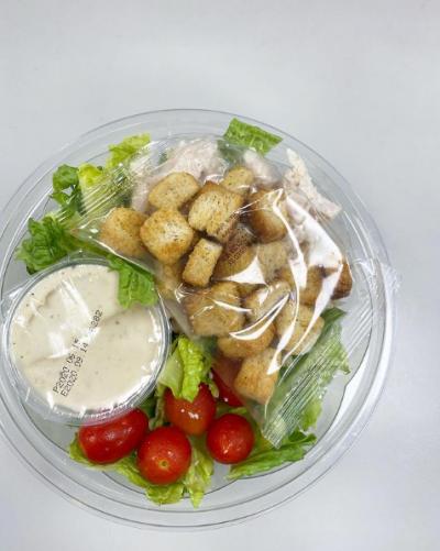 分量變少的凱撒雞肉沙拉。(圖/授權轉載自bubblewei@instagram)