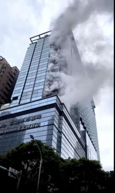 台北市警消下午獲報,華陰街、承德路口的京站大樓發生火警,疑為排煙管起火。(讀者提供)