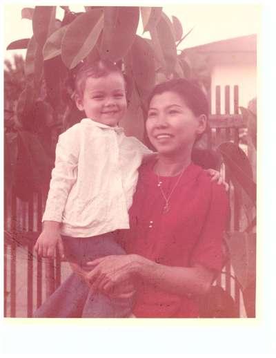 幼年時的泰裔聯邦參議員達克沃斯(Tammy Duckworth)與她的泰籍華裔母親。(翻攝達克沃斯臉書)