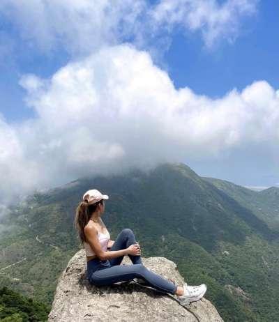 香港人氣網美索菲亞,因挑戰極限自拍而不幸墜崖。(圖/翻攝自IG@hike.sofi)
