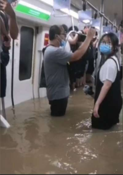 中國河南20日遭暴雨襲擊,鄭州地鐵被淹,傳出至少12死5傷。(翻攝微博)