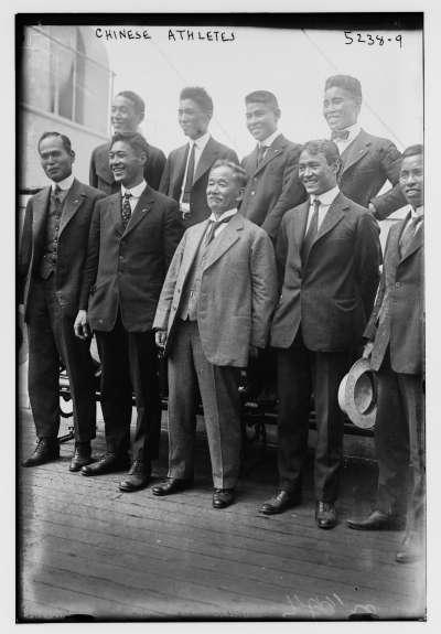 1920年的比利時安特衛普奧運,嘉納治五郎(前排中)與日本選手合影。(維基百科公有領域)
